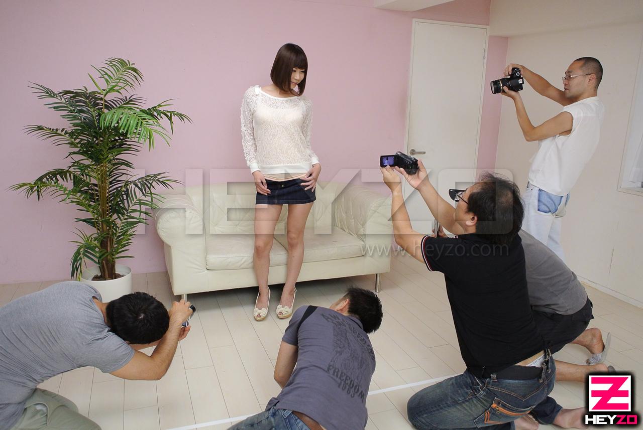 人気美巨乳アイドルの自宅で公開ファック!